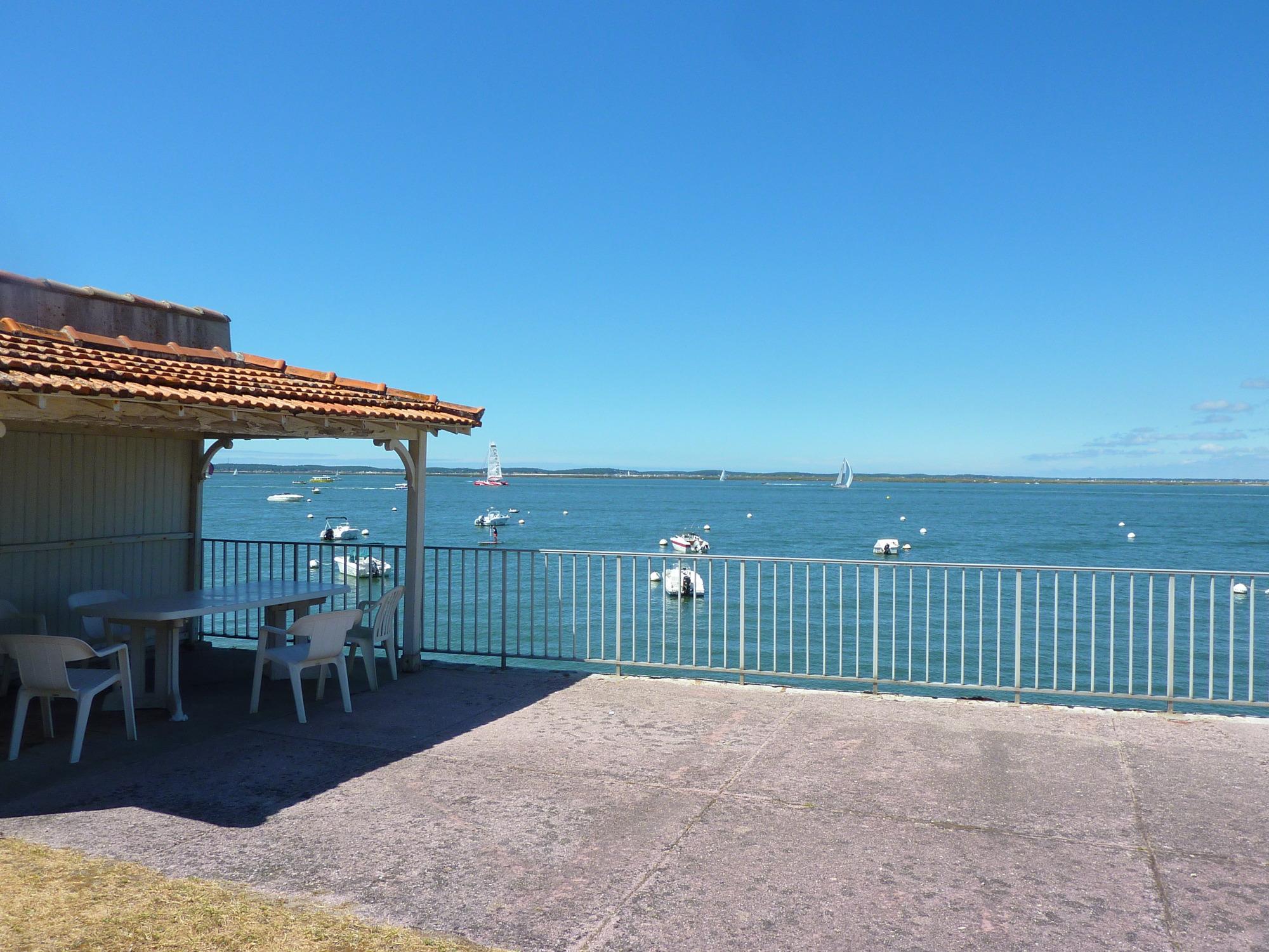 arcachon appartement de bord de mer acc s direct la plage barnes bassin d 39 arcachon. Black Bedroom Furniture Sets. Home Design Ideas