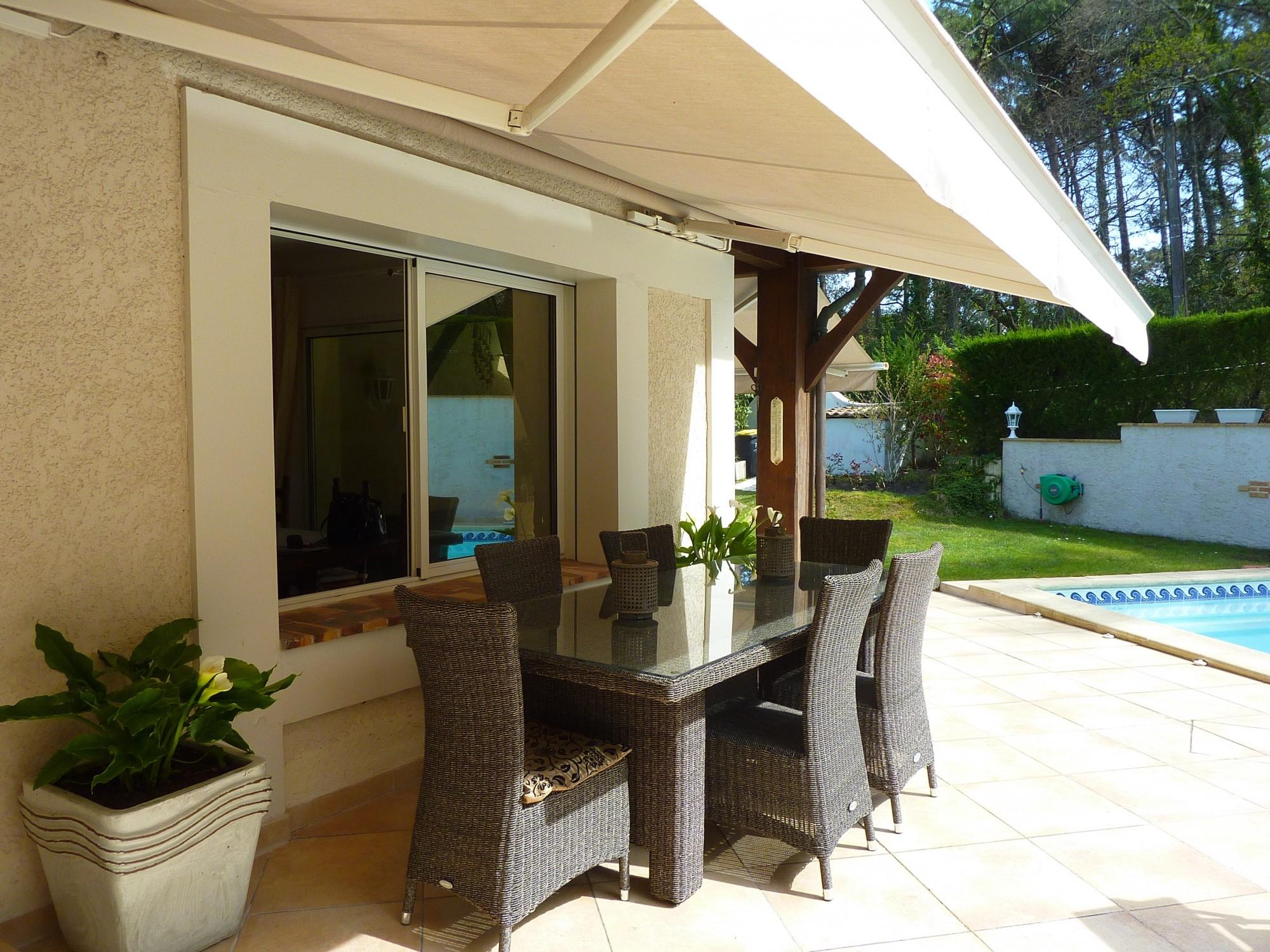 Villa cuisine, séjour, 4 chambres, jardin, piscine, vendue par BARNES PYLA