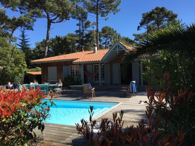 Cap ferret jolie villa bois avec piscine proche des plages for Maison a louer cap ferret avec piscine