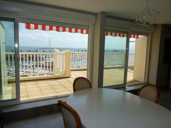 La grande terrasse de 27 m2 de cet appartement à vendre domine le Port de Plaisance d'Arcachon