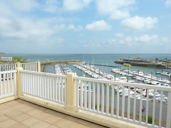 La terrasse de ce bel appartement à vendre à Arcachon offre une superbe vue sur la mer et le port de Plaisance