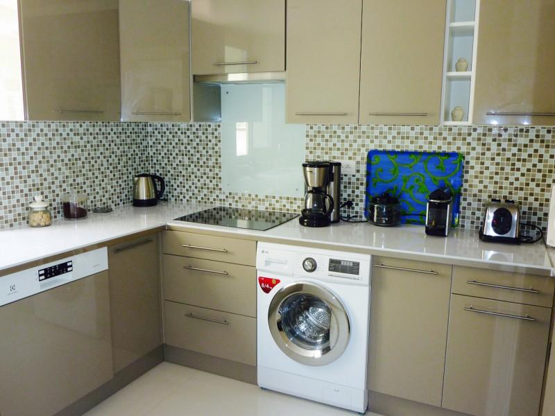 Ce grand appartement de prestige situé en plein centre ville et à proximité immédiate de la plage offre 3 chambres, séjour et salon, terrasse, cuisine équipée et fermée. Disponible ARCACHON CENTRE 33120