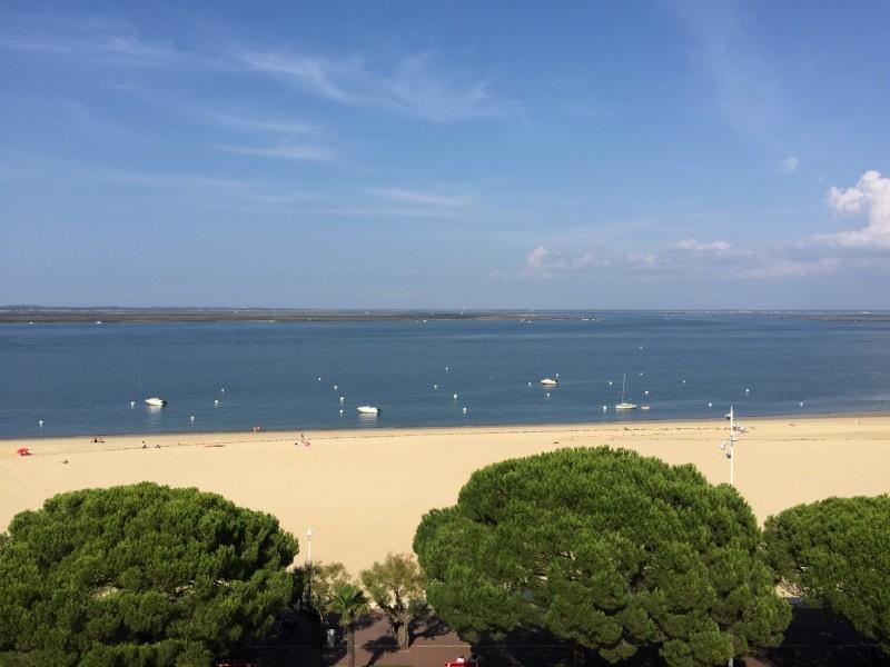 BARNES BASSIN D'ARCACHON vous propose à la vente un grand appartement terrasse dans une résidence de prestige à proximité de la plage et en plein centre ville