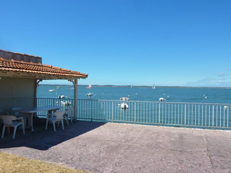 Proche du centre ville, situation idéale pour cet appartement de bord de mer avec jardin à vendre à ARCACHON