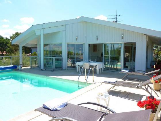 Villa d'architecte de 200 m2 avec piscine chauffée, studio indépendant, terrain de pétanque et vue mer