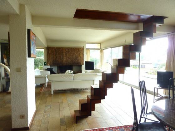 Cette villa d'architecte aux lignes très moderne offre une vue mer prodigieuse depuis sa terrasse. Vendu par BARNES PYLA SUR MER 33115
