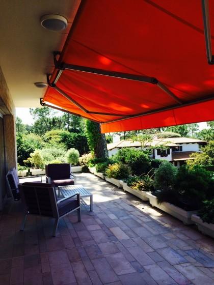Depuis la terrasse de cette villa d'architecte, vue sur la pointe du Cap ferret et les Passes du Bassin d'Arcachon 33120 vendue AGENCE IMMOBILIÈRE BARNES PYLA