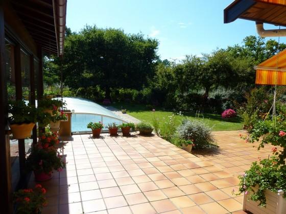 Cette villa à vendre au PYLA SUR MER, dispose d'une piscine chauffée et d'un vaste jardin