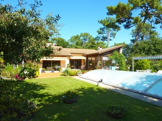 À vendre, quartier calme PYLA SUR MER, villa de construction traditionnelle avec grand jardin de 1900 m2 et piscine chauffée
