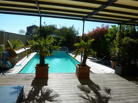 Toute l'architecture des cabanes ostréicoles représentée dans cette villa en bois avec piscine chauffée. À visiter BARNES PYLA SUR MER