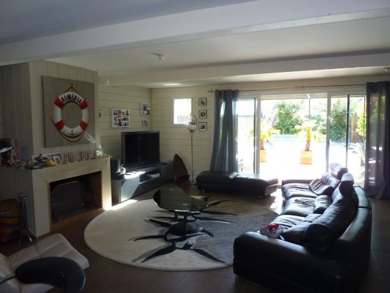 Cette grande villa bois propose en rez de jardin une vaste pièce de vie avec grand séjour et cheminée donnant sur la terrasse et la piscine. Environnement exceptionnel BASSIN D'ARCACHON