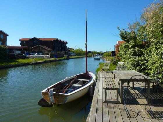 Un ponton pour amarrer un bateau a été prévu au bout de la terrasse de cette grande villa en bois