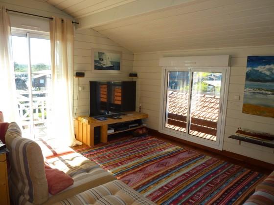 Cette belle villa en bois dispose de 240 m2 habitables dans un cadre exceptionnel à proximité d'Arcachon