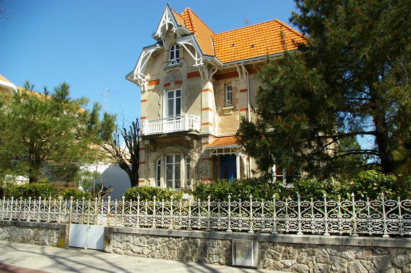 A vendre à Arcachon centre ville, belle demeure début de siècle chargée d'histoire dans l'une des plus belles avenues d'Arcachon