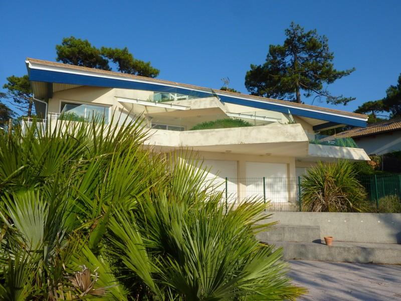 Cette villa d'architecte de bord de mer au Pyla offre 300 m2 de terrasse avec vue panoramique