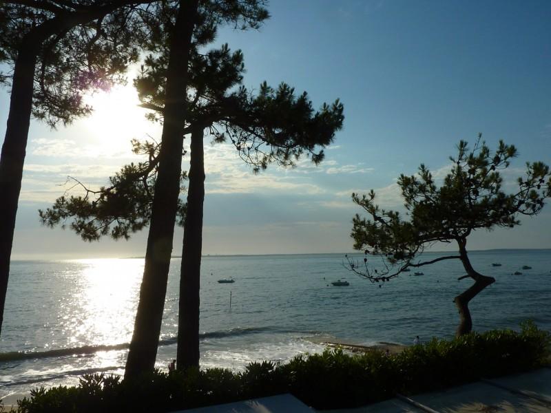 Profitez d'une vue exceptionnelle sur la mer depuis l'une des terrasses de cette grande villa d'architecte de bord de mer PYLA SUR MER